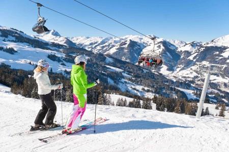 KAM_003040_Zwei-Skifahrerinnen-an-der-Ochsalmbahn_Fotograf-Stefan-Eisend