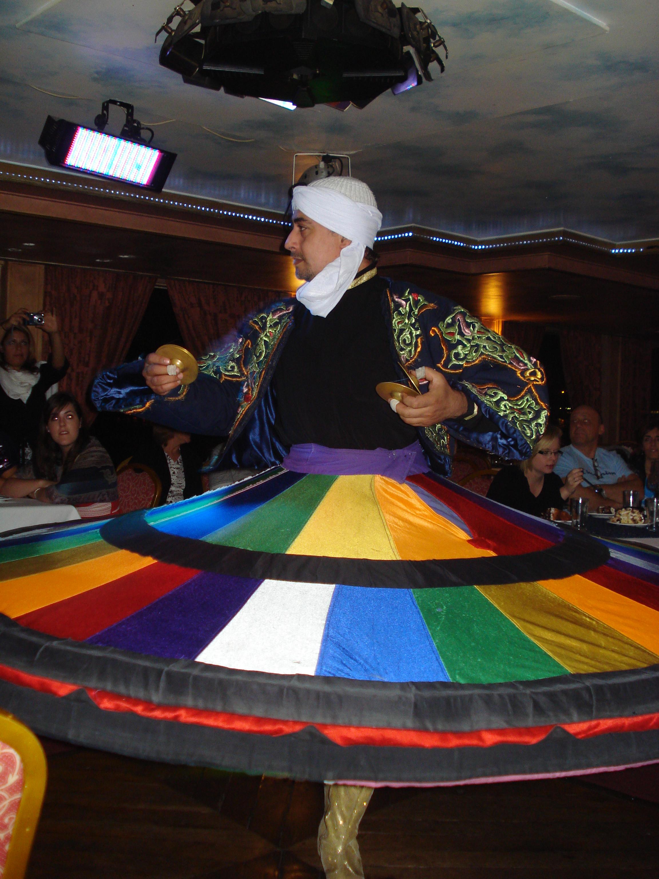 Dansator Sufi dancing